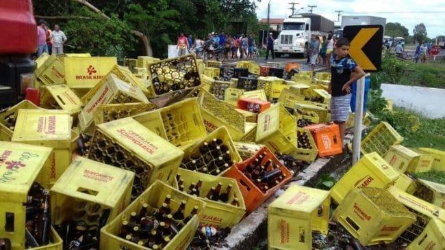 carga saqueada acidente caminhão cerveja monsenhor gil
